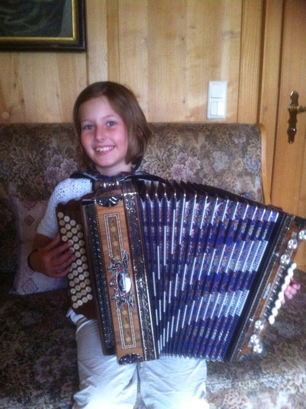 Elisa mit ihrer Kärntnerland Edelholz Edition