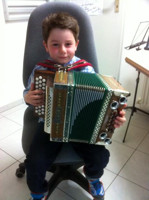 Julian mit seiner Leihharmonika