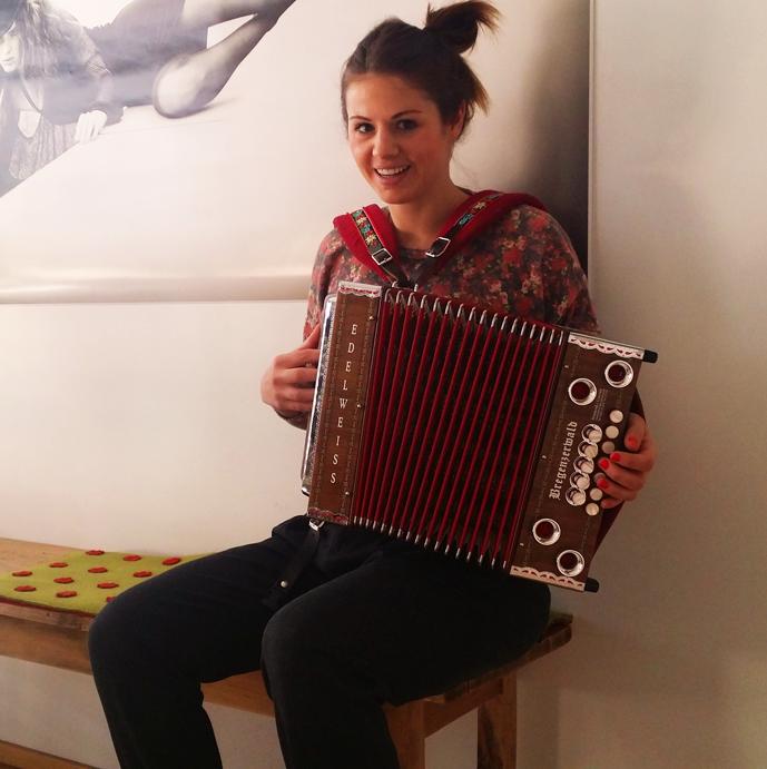 Susi mit ihrer Harmonika fürs Leben!